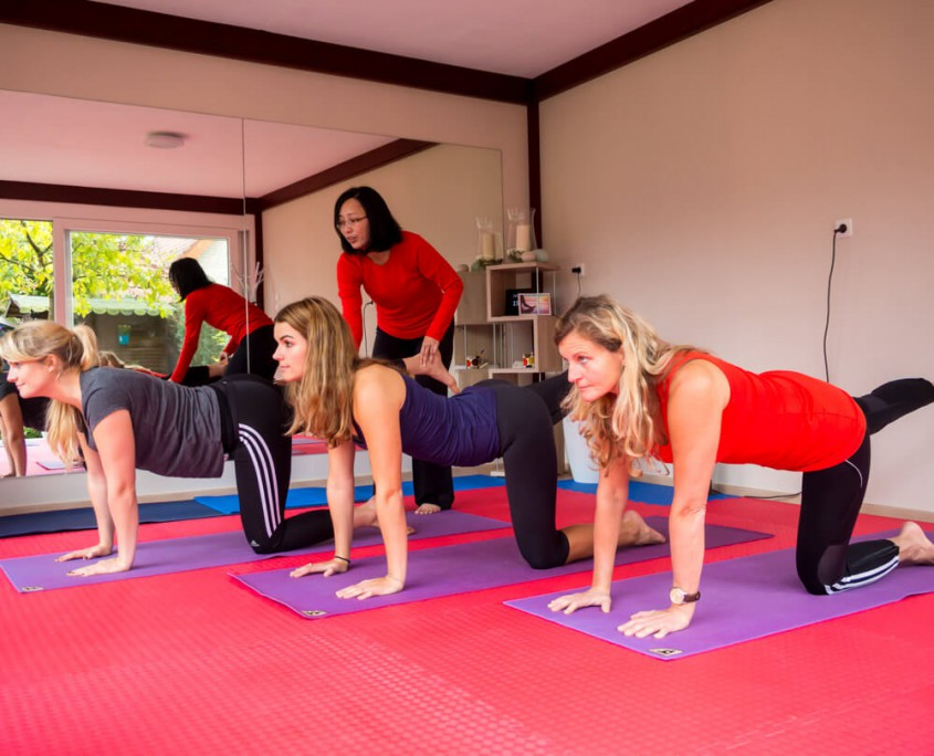 Beim Yoga-Unterricht mit drei Schülerinnen.